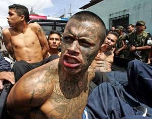 Milano, gang di latinos: «A caccia con il machete. Stiamo avvolgendo la Lombardia in un inferno»