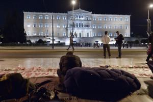 Un rifugiato siriano partecipa a un sit-in davanti al parlamento greco: diverse persone provenienti dalla Siria hanno iniziato uno sciopero della fame, chiedendo alle autorità greche che sia riconosciuto il prima possibile il loro stato di rifugiati. (LOUISA GOULIAMAKI/AFP/Getty Images)