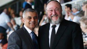 Col rabbino di Londra. Più integrato di così...