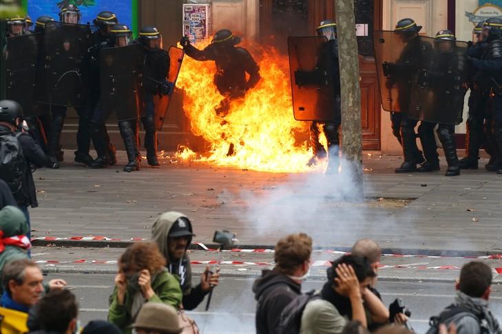 crs-flammesle-cocktails-molotov-place-republique-paris-brule-jambela-manifestation-contre-travail-15-septembre-2016_1_730_486
