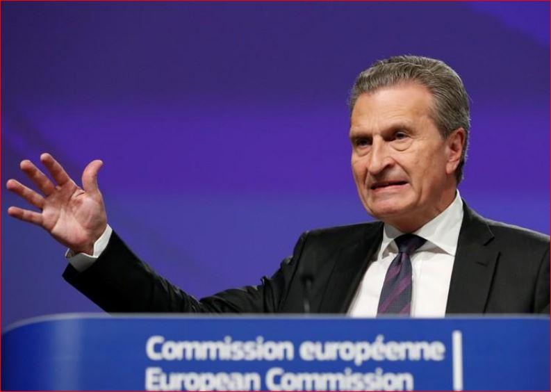 """Le commissaire européen Oettinger accueille le gouvernement italien """"pro-européen"""""""