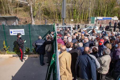Vaccini, a Potenza e Matera centinaia di persone in fila © ANSA
